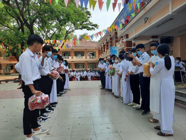 Đoàn trường THPT Bình Phú tổng kết phong trào nuôi heo đất nhân ngày 08/03/2021